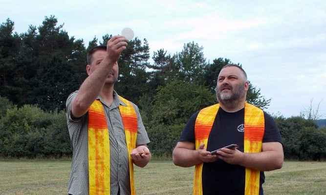 88. denní bohoslužba - byť v provizorním prostředí - nám duchovně byla posilou. Vojtěch a Mirek celebrují se štolami z rakouského Mariazell. Foto: Ondřej G.