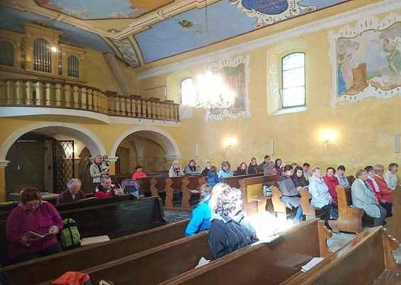 120 interiér kostela na Květnově o druhé sobotě v říjnu - závěr fatimského roku 2017.