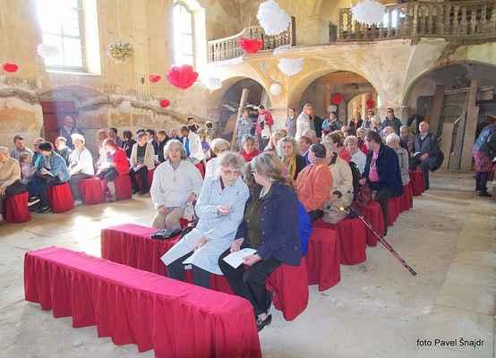 109 před mší svatou v blatenském kostele - kostel patří obci.