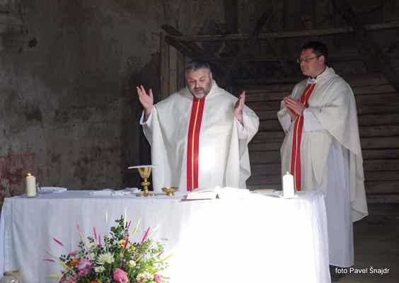 114 mše v Blatně,  hra světla a stínů na provizorním oltáři