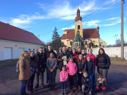 03 Společná fotka naší chomutovsko-jirkovské party před kostelem v Raspenavě.
