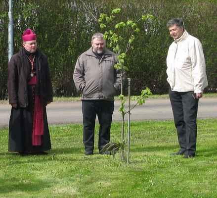 34 tři kněží u bikupské lípy která se zelená.