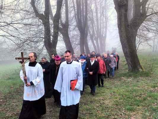 44 průchod alejí ke kostelu za zpěvu mariánské písně