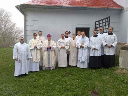 46 společné foto kněží a ministrantů po mši svaté na Květnově.