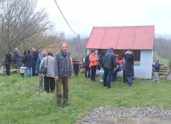 47 přestávka v programu pouti u prodejního stánku na Květnově.