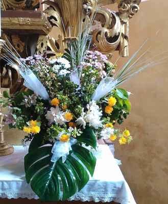 48 květinová výzdoba v kostele na Květnově.