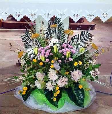 49 květiny před hlavním oltářem od jirkovských farnic.
