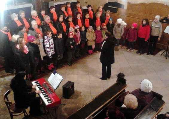 131 Na předvánočním koncertu v jirkovském kostele se podílely i děti.