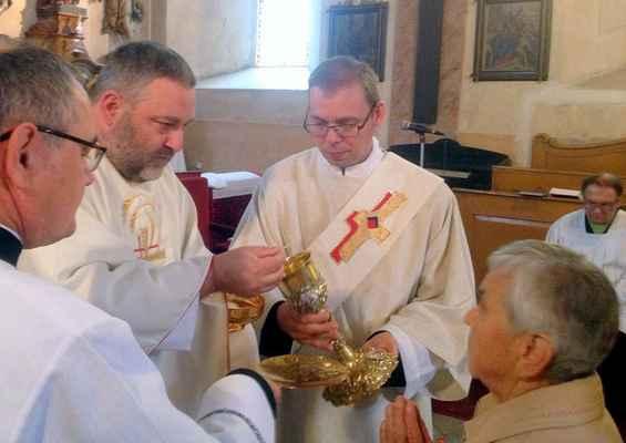 104 obřad svatého přijímání pod obojí způsobou.