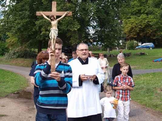 65 tradiční průvod od kříže ke kostelu na Květnově