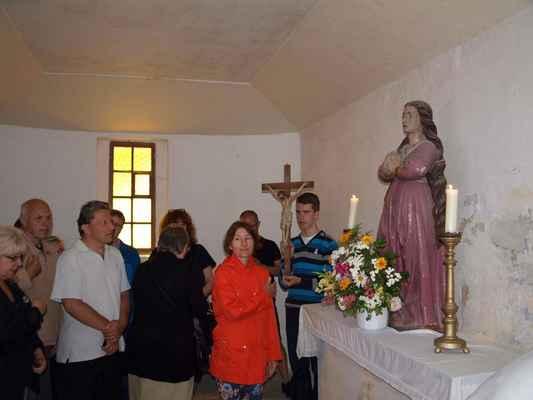 72 zakončení procesí v kapli, kde se zapalují svíčky na Květnově