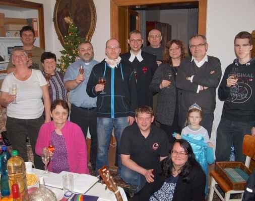 142 společné foto u vánočního stromku (otec Mirek dostal novou zimní bundu a rohožku s hokejovými piráty chomutov)