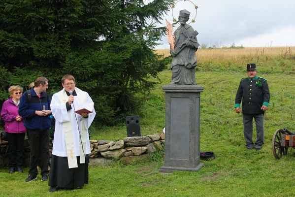 107 Obnovenou sochu požehnal R.D. Mgr. Alois Heger, administrátor z Chomutova. Byl to významný společensko-kulturní počin v Krušných horách.