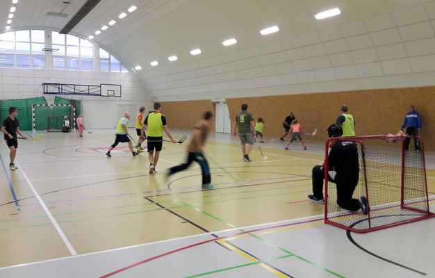 143 povánoční sportování rodin ve Strupčicích. Hrál se fotbal a florbal.