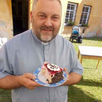 """100 M.Dvouletý obdržel narozeninový dort s marcipánovou přezdívkou """"Pařez-44""""."""