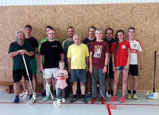 81 floorbalové utkání mezi křesťanskými rodinami v hale