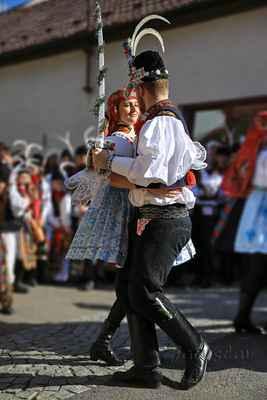 Jen špatné místo na tancování vyšlo, přejetý policajt, odborně zpomalovací práh.