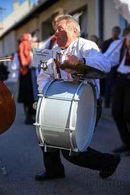 … i bubeník vložil taneční kreaci. Ještě, že se má čeho držet.